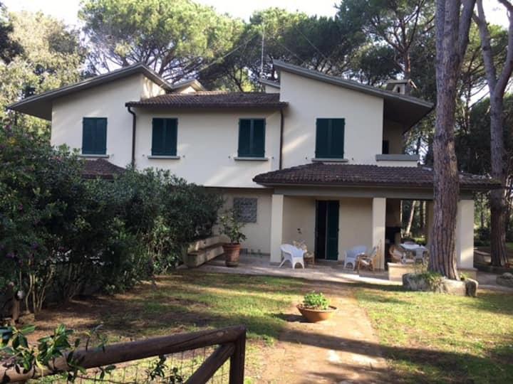 Stupenda villa nel verde a pochi metri dal mare