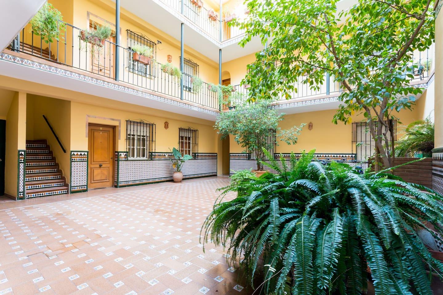 Patio central comunitario de acceso al apartamento, típico de Triana