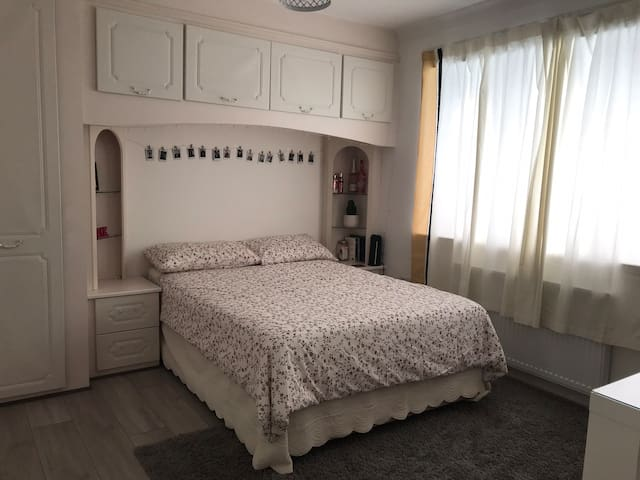 Double bedroom near Heathrow, wifi, parking