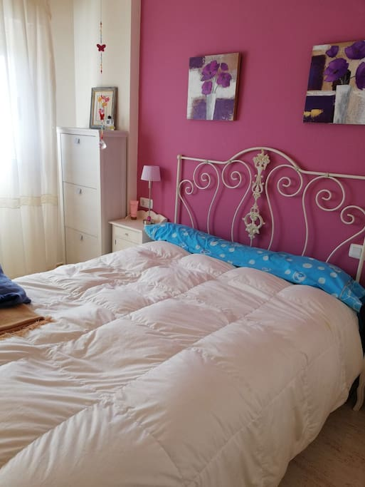 Dormitorio principal con cama de matrimonio ,armario empotrado muy amplio y ventana con vistas al mar !!