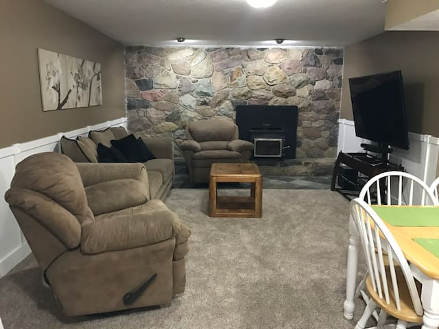 Comfy basement apartment between the canyons!