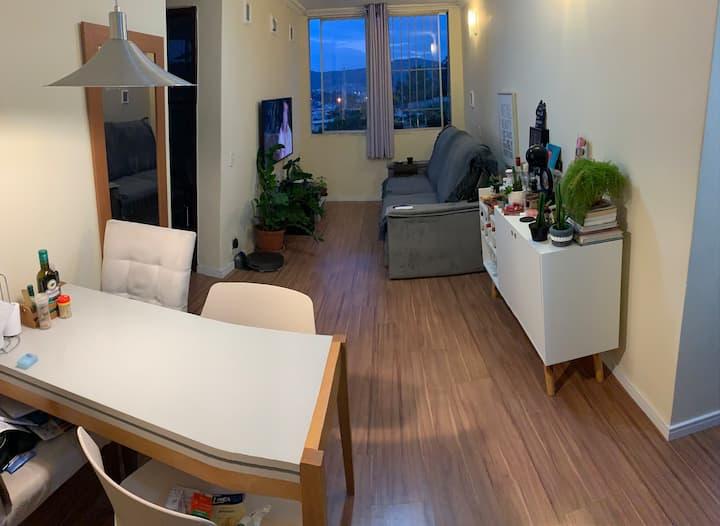Quarto em apartamento no Ingá