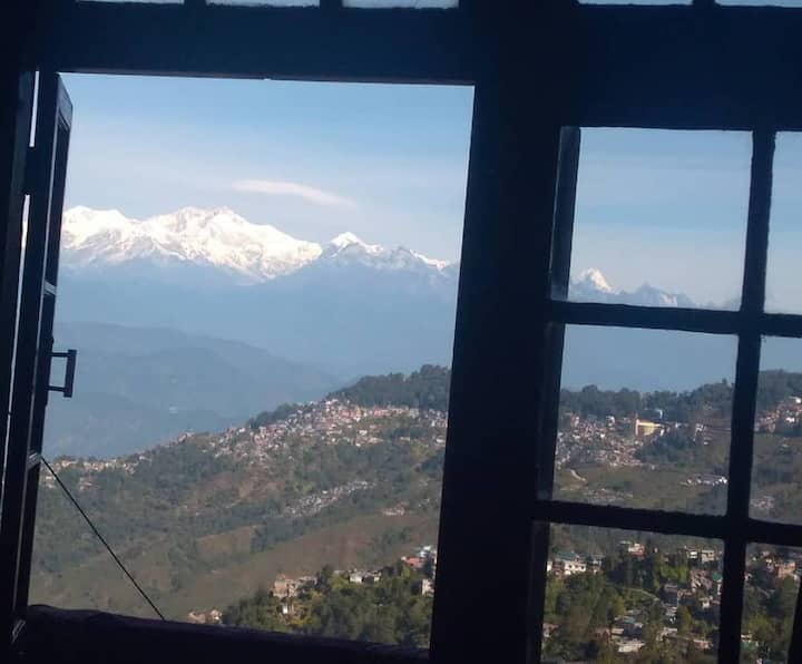 Pahari Soul Dali-Room with Kanchenjunga view