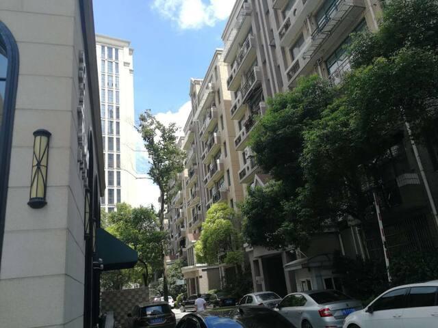 市中心惬意画廊风商业公寓内独卧,闹中取静,密码门锁,出入快捷