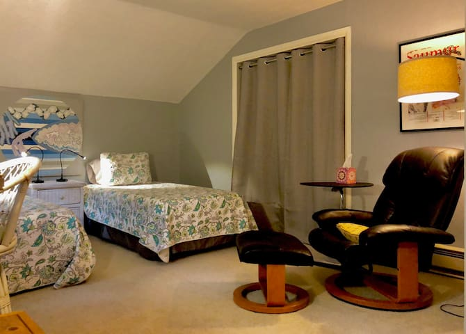 Upstairs twin room and reading space.