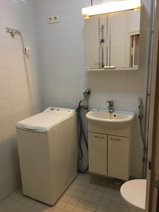 Kylpyhuoneessa on pesukone vieraiden käytössä.