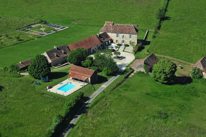 Spacious 18th Century farmhouse on authentic farm. - Cause-de-Clérans - House
