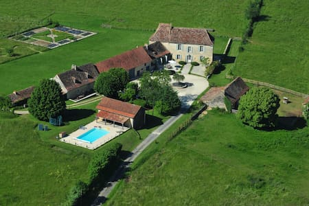 Spacious 18th Century farmhouse on authentic farm. - Cause-de-Clérans - Casa