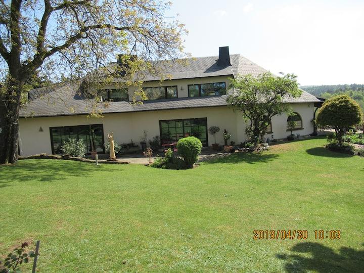 Ruhige Wohnung in Landhausvilla, ca. 85 qm
