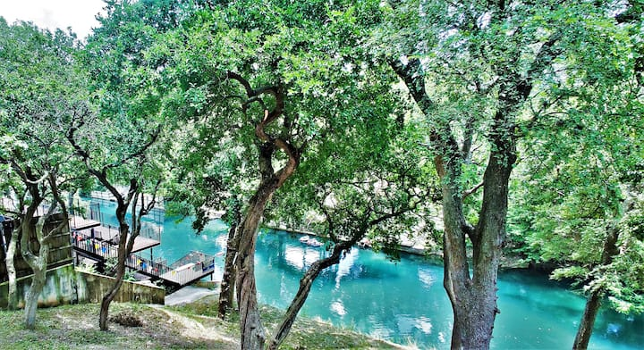 NEW-Luxury Riverfront Condo 1BLK to Schlitterbahn!
