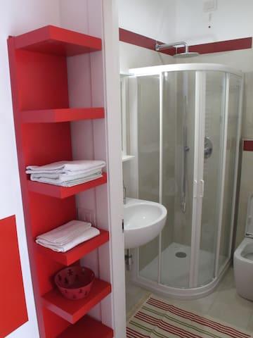 Il piccolo bagno privato dispone di doccia, wc, lavandino, asciugamani, asciugacapelli, set di cortesia