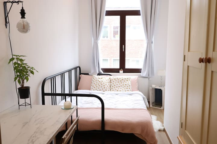 Cosy room in flat with easy commute to city centre