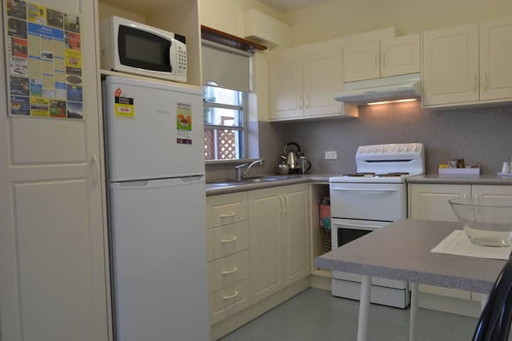 Dolphin Lodge - SELF CONTAINED-2 Bdrm Apartments - 1 night