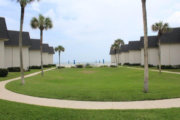 Beautifully renovated beach condo - New Smyrna Beach - Apartment