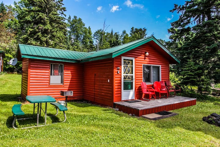 Opels Cabin 3 is a cozy daydreamer`s delight located in Grand Marais on Lake Superior