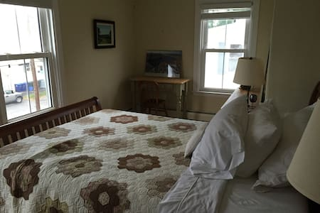 Sunny, airy private room in Willard Beach area. - South Portland - Maison