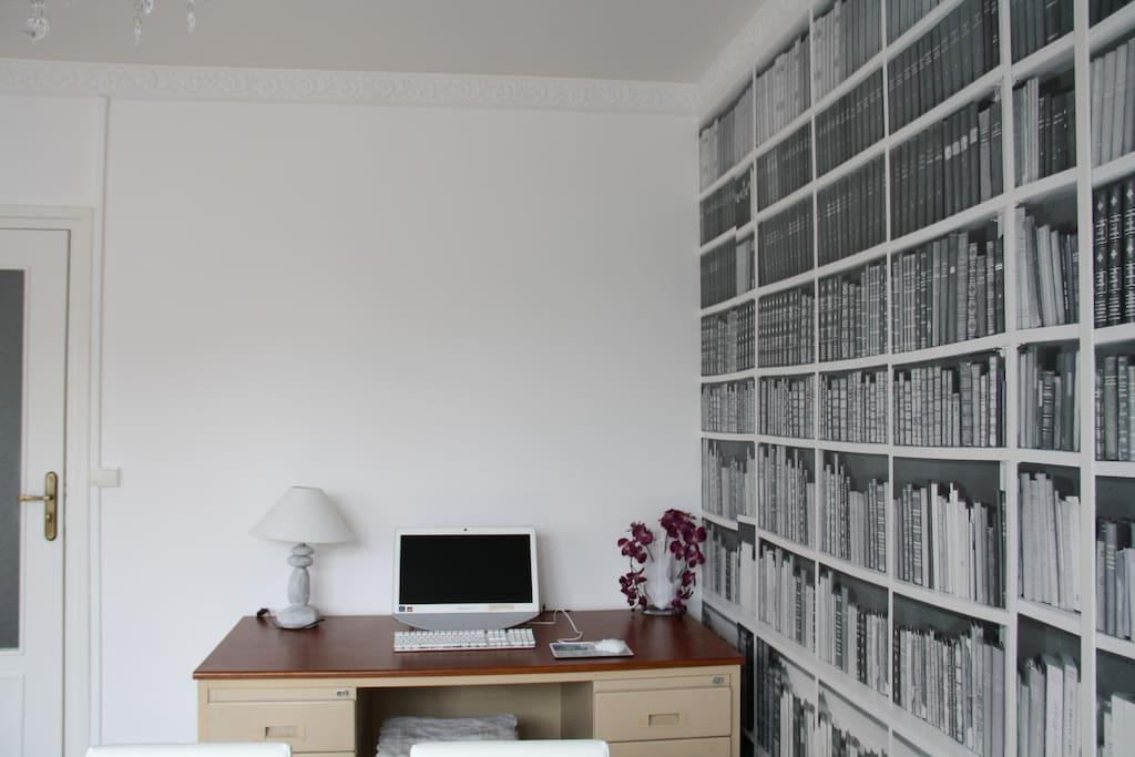 point internet avec grand bureau