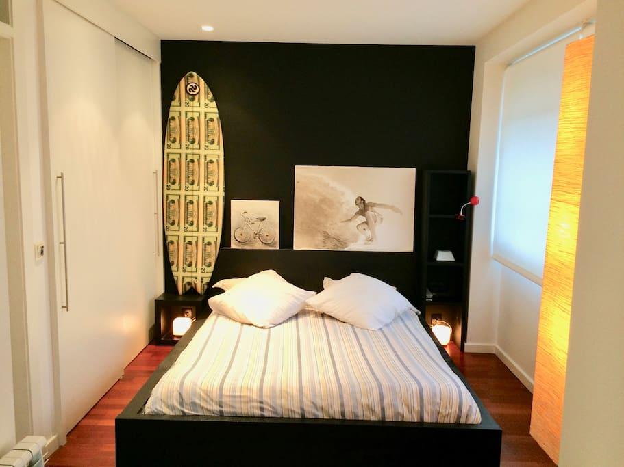 Dormitorio luminoso con cama de matrimonio