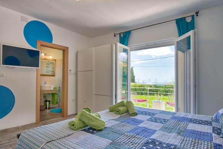 Bedroom with private bathroom / Schlafzimmer mit eigenem Bad
