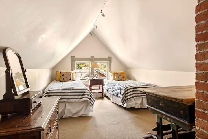 Bedroom with Twin Beds 4th Floor