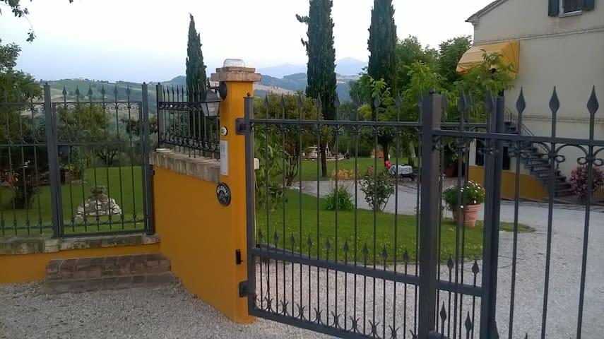 Ingresso residenza LE GRANDI QUERCE con cancello elettrico