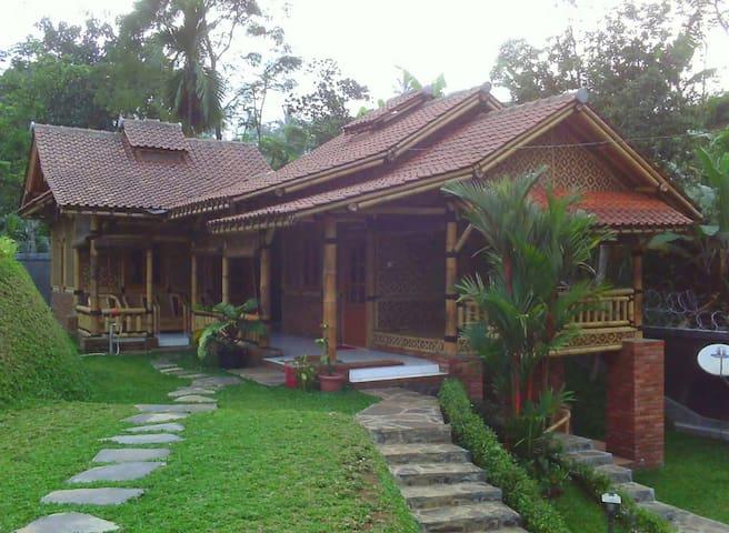 WI bacpaker village house blitar - Kepanjenkidul - Casa