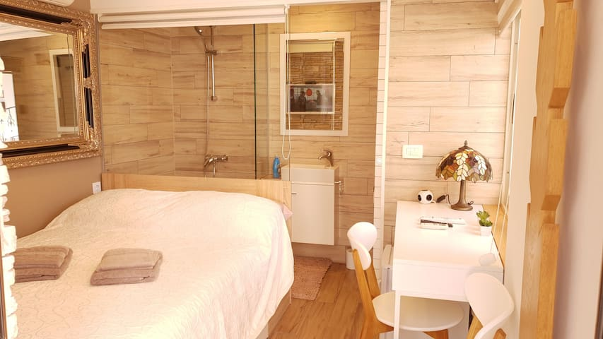 Small modern room D53 in Podstrana+private parking