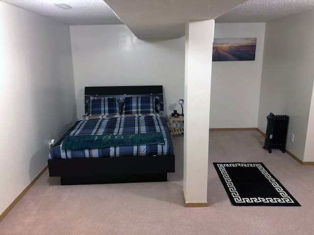 Cozy lower suite in NW Calgary (close to airport)