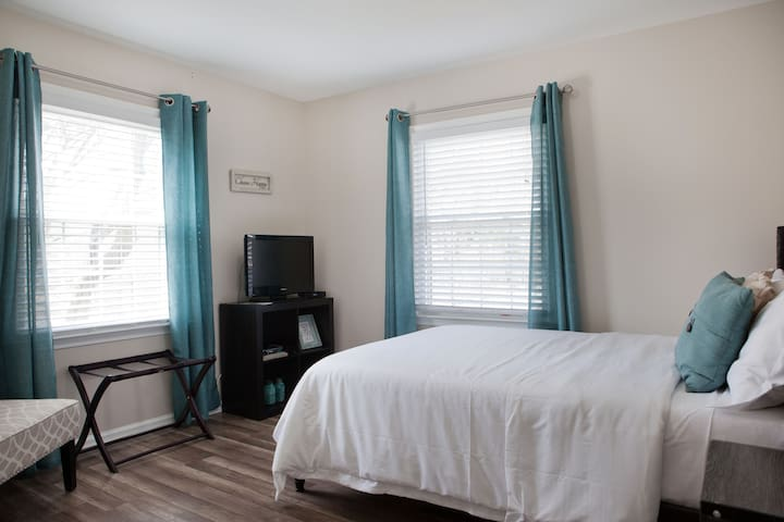 Main level bedroom with Full size Bed and 32 inch TV with DVD and Cable Room #3