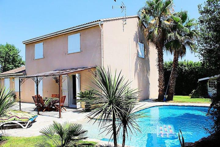 Villa familiale avec piscine. Campagne à la ville