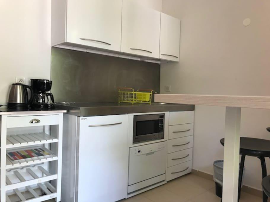 Cuisinette avec frigo, petit lave vaisselle, évier, micro-onde, pas de plaque chauffante, bouilloire, cafetière, vaisselle fournie. Amener le linge pour la salle de bain, cuisine, plage