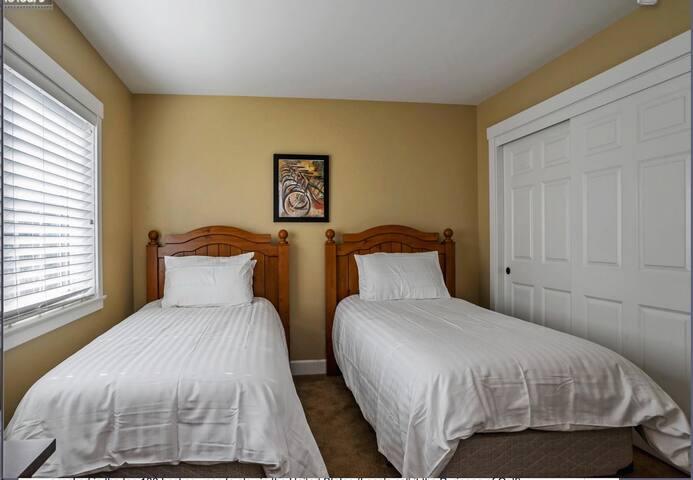 3rd bedroom: Twim Beds