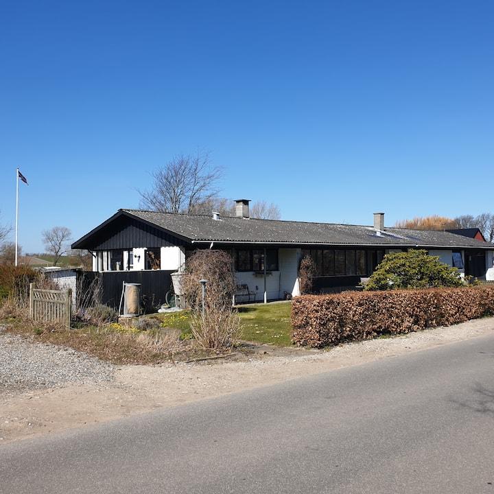 Stort og rummeligt sommerhus midt på Samsø