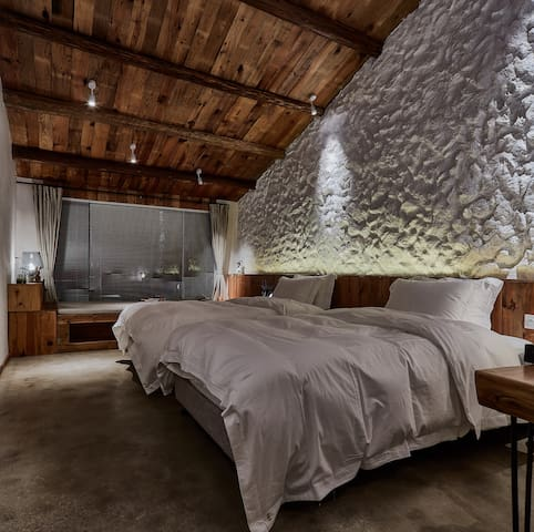 外水良·艺境丨双床房私享浴缸,飘窗山景、密林环绕,放空首选。周边景点有滑草场、滑翔伞、漂流等