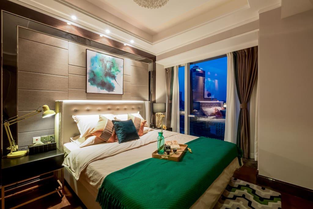 1.8米真皮豪华软床,配置乳胶枕,羽绒舒适垫,五星级的床品体验。