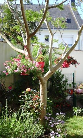 Petite maison au calme avec jardin pour aoutiens - Vannes - Rumah