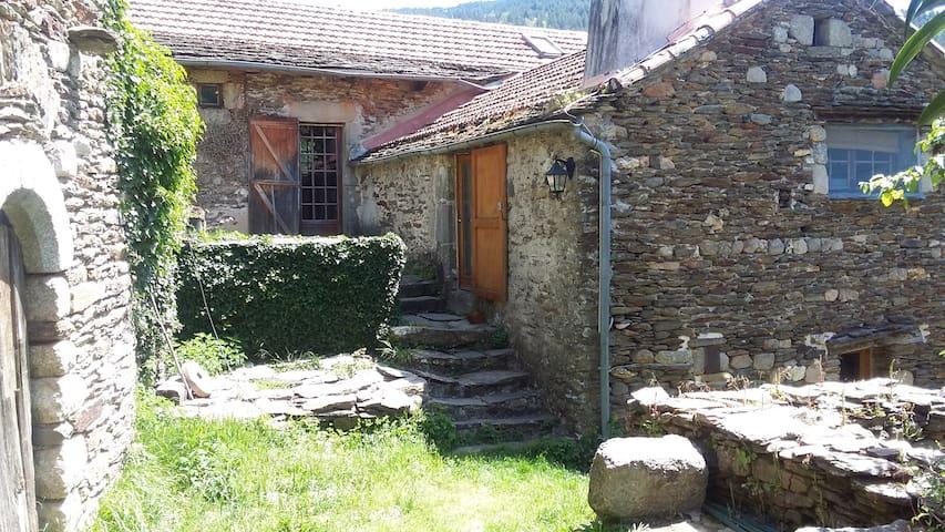 la maison entière (logement privatif en rez-de-jardin: porte entrée en contre bas)