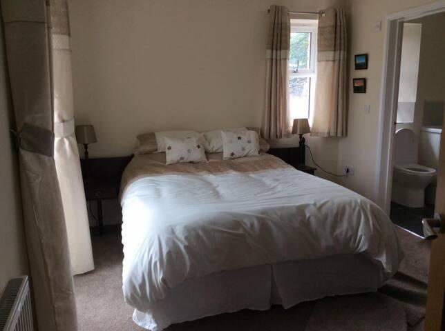 Kingsize Bedroom - Ground Floor