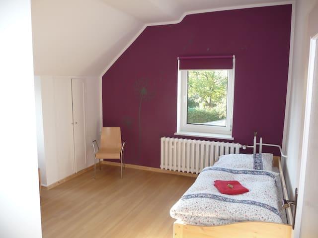 rotes Schlafzimmer bis zu vier Betten