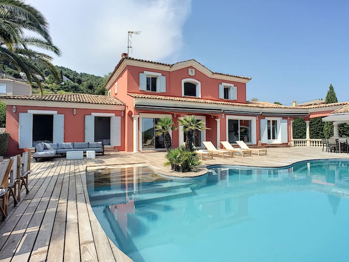 BEAUTIFUL VILLA CARQUEIRANNE WITH SEA VIEW