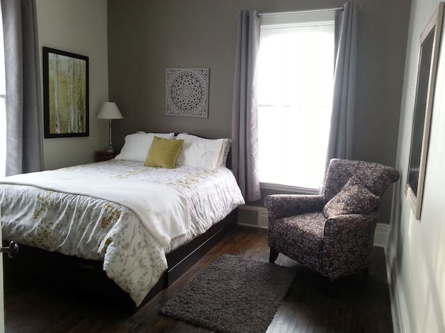 Sunny Bedroom on Estate Property in Old South Area - London - Haus