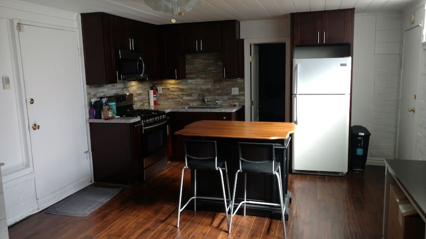 Large 1 bedroom guest house near studios/airport - Burbank - Huis