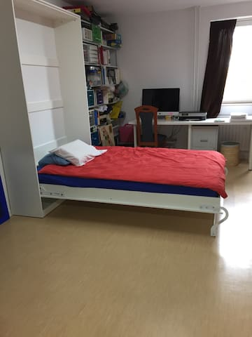 A bed in a spacious studio - Kaarst - Huoneisto