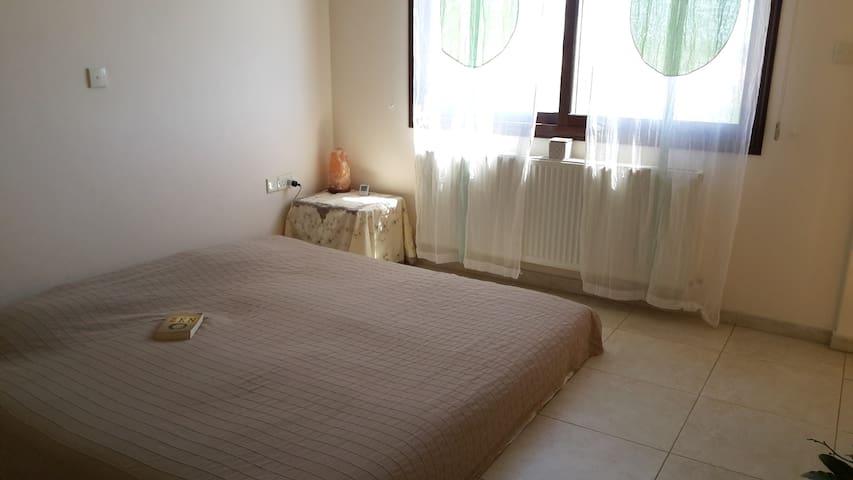 Sunny bedroom with balcony/bathroom - Episkopi - Huis