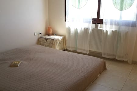 Sunny bedroom with balcony/bathroom - Episkopi - Casa