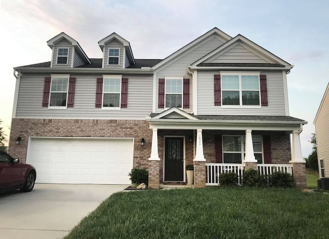 Private spacious living in GREAT location (UNCC)
