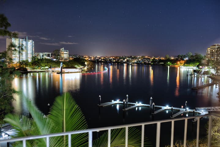 RIVER FRONT LIVING !! YOUR PICTURE PERFECT HOLIDAY - Kangaroo Point - Apartment