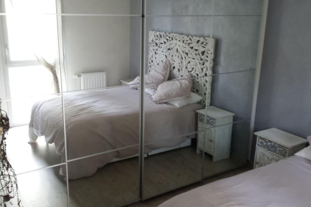 grand miroir dans la chambre à coucher