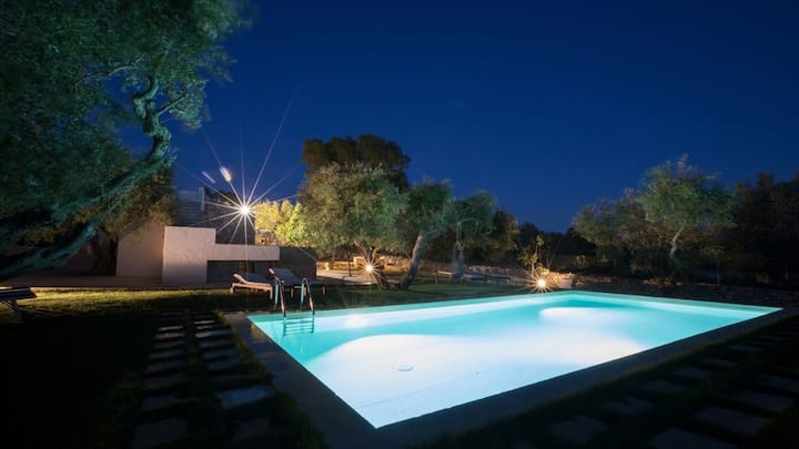 Romantic trullo with private pool a few minutes from the sea
