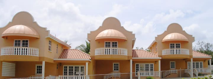 Stylish Villa-Country feel - 3 Ensuite Bedrooms.